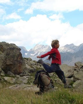 Un enfant court dans la montagne